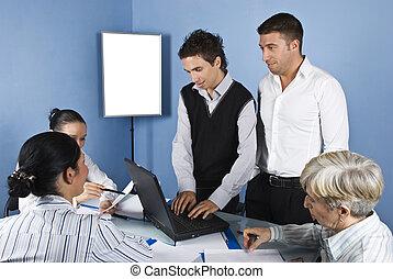 ludzie handlowe, biuro, używający laptop