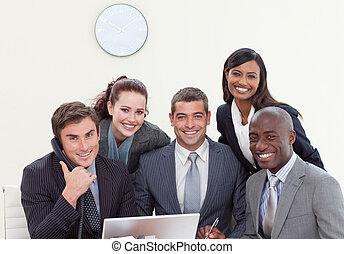ludzie handlowe, grupa, uśmiechanie się, spotkanie