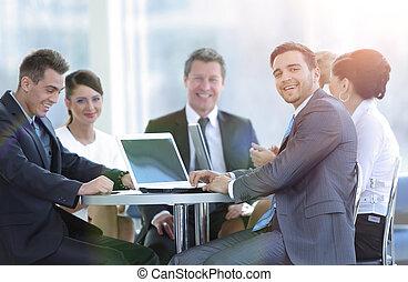 ludzie handlowe, room., posiedzenie, uśmiechanie się, grupa, spotkanie