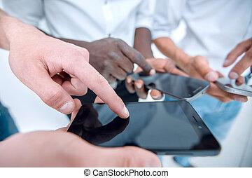 ludzie, ich, smartphones, młody, up.a, zamknięcie, używając, grupa