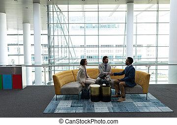 ludzie, inny, handlowy, westybul, każdy, multi-ethnic, dyskutując, posiedzenie
