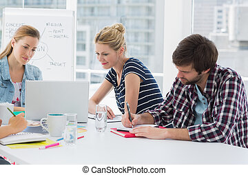 ludzie, konferencja, handlowy przypadkowy, stół, dookoła