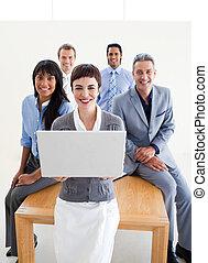 ludzie, laptop, handlowy, używając, uśmiechanie się
