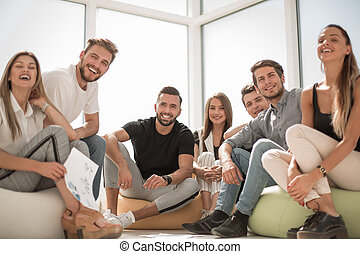 ludzie, młody, posiedzenie, biuro, pomyślny, grupa, nowy