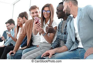 ludzie, młody, smartphones, grupa