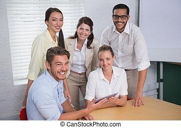 ludzie, palcowa sprawa, używając, uśmiechanie się, tabliczka, spotkanie