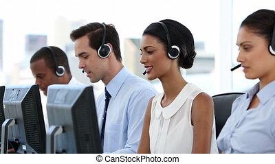 ludzie, rozmowa telefoniczna, handlowy centrują