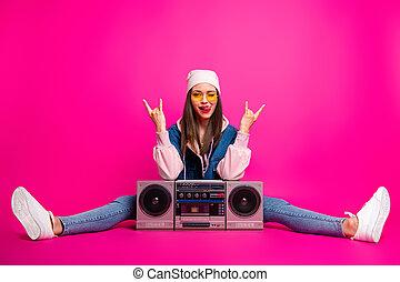 luego, cuerpo, niña, guiñar, actuación, brillo, cuerno, brillante, señales, aislado, plano de fondo, vívido, ella, sentado, parpadeo, atractivo, fucsia, longitud completa, agradable, ella, boom-box, vista, rosa, color, tamaño, alegre, vibrante