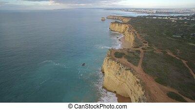 luftaufnahmen, fliegendes, entlang, der, steil, felsformation, linie, an, ferragudo, portugal