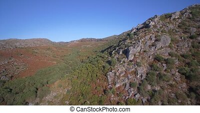 luftaufnahmen, fliegendes, in, der, bergig, landschaftsbild, von, parque, nacional, peneda-geres, portugal