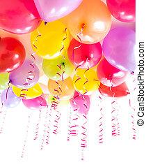luftballone, mit, luftschlangen, für, geburtstagparty, feier, freigestellt, weiß
