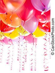 luftballone, mit, luftschlangen, für, geburtstagparty, feier, freigestellt, weiß, hintergrund