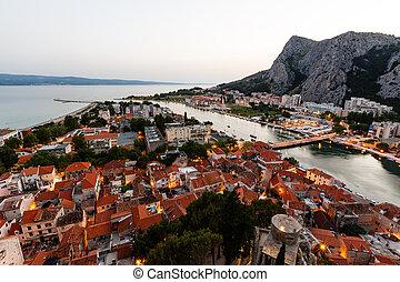 luftblick, auf, erleuchtet, stadt, von, omis, in, der, abend, kroatien