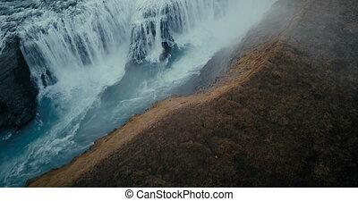 luftblick, von, der, wasserfall, gullfoss, in, cleft., hubschrauber, rüber fliegen, der, tal, und, turbulent, fließen, in, iceland.