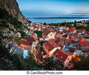 luftblick, von, omis, und, kirche, von, der, heilig, kreuz, in, der, abend, omis, dalmatien, kroatien