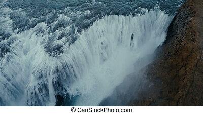 luftblick, von, schöne , malerisch, landschaftsbild, in, iceland., mächtig, wasserfall, gullfoss, fällt, unten, in, berge.