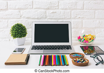 lugar de trabajo, con, computador portatil