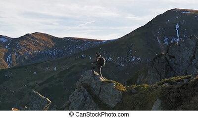 lui, carpathians, mâle, tourisme, voler, bord, 422, prores, rocheux, drone., pierre, stands, montagnes, rampe, touriste, ukraine., devant