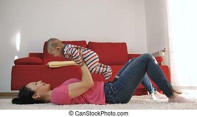 lui, mère, bébé, maison, fils, jouer, levage