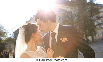 luksus, romantyk, szczęśliwy, panna młoda i oporządzają, świętując, małżeństwo, na, przedimek określony przed rzeczownikami, tło, od, stary, słoneczny, miasto, strzał, w, powolny ruch, zatkać się