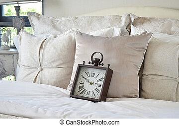 Interior, seng, spejl. Spejl, seng, baldamen, soveværelse,... stock ...