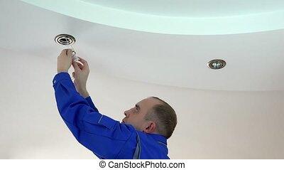 lumière plafond, ouvrier, remplacer, lampe, halogène, installer, ou, homme