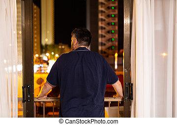 lumières, fenêtre, night., ville, sien, regarder, homme, dos, dehors