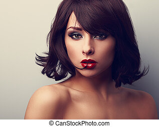 luminoso, maquilagem, mulher bonita, com, shortinho, cabelo preto, estilo, olhar