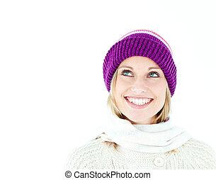 luminoso, mulher jovem, com, boné, em, a, inverno, sorrindo, em, a, câmera