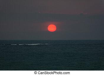 luminoso, pôr do sol, com, grande, sol vermelho, sob, a, oceânicos, superfície