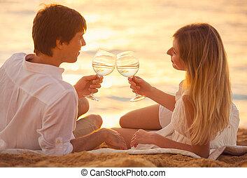 luna de miel, concepto, hombre y mujer, enamorado, pareja, el gozar, copa de champán, en, playa tropical, en, ocaso, hermoso, ocaso, luz