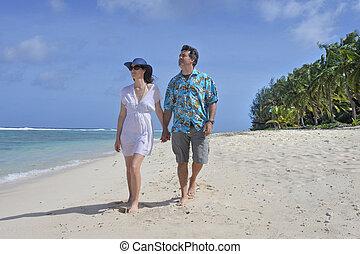 luna de miel, pareja, paseos, en, un, pacífico tropical, isla, playa, en, rarotonga, islas de cocinero