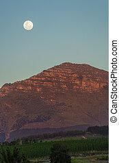 luna, sobre, un, montaña, en, ocaso