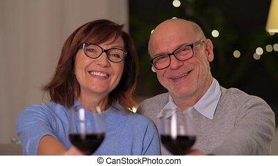 lunettes, couple, personne agee, heureux, vin rouge