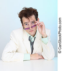 lunettes drôles, jeune homme, ébouriffé