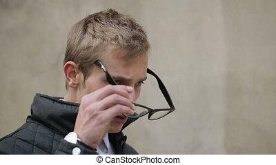 lunettes, homme, jeune, met, séduisant