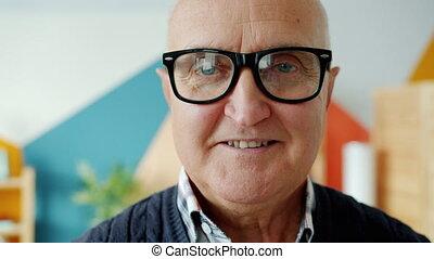 lunettes, maison portrait, personne agee, regarder, homme appareil-photo, gros plan, sourire
