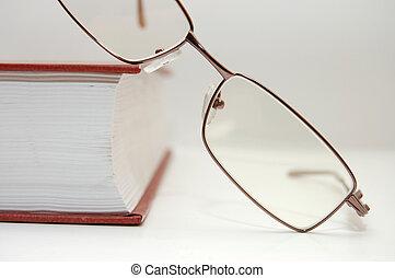 lunettes, pose, livre, fermé