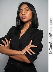 lunettes, séduisant, isolé, asiatique, sur, gris, mur, femme, noir, blazer, jeune, élégant, lumière