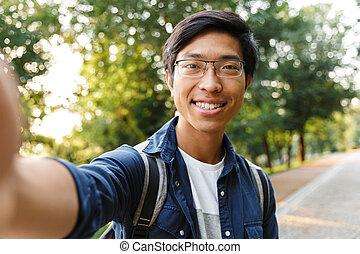 lunettes, selfie, asiatique, étudiant, confection, mâle, heureux