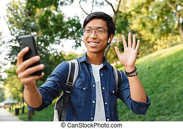 lunettes, selfie, smartphone, asiatique, étudiant, confection, mâle, heureux