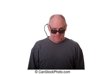 lunettes soleil, chauve, plus vieux, sur, regarder, homme