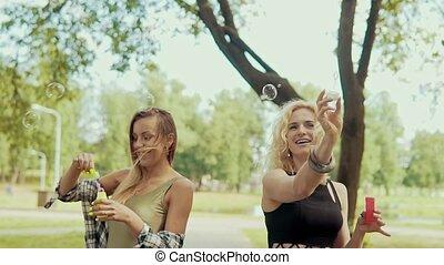 lunettes soleil, filles, parc, amusement, confection, bulles, avoir, heureux