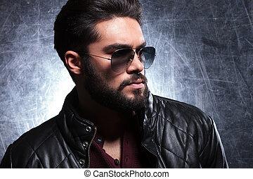 lunettes soleil, jeune, long, homme, barbe, vue côté
