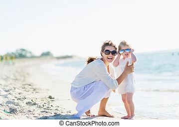lunettes soleil, mère, bébé, portrait, plage, heureux