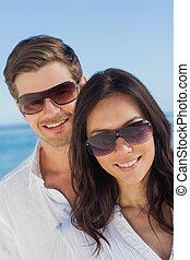 lunettes soleil port, couple, jeune, appareil photo, sourire