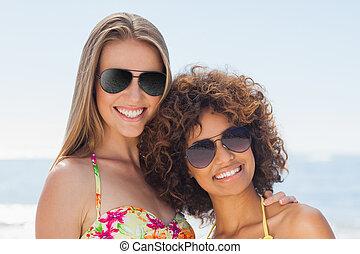 lunettes soleil port, deux, appareil photo, sourire, amis