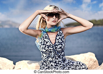 lunettes soleil port, ensoleillé, jeune, blond, jour