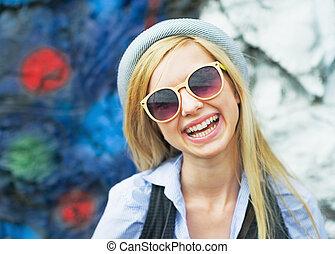 lunettes soleil port, hipster, dehors, portrait, fille souriante