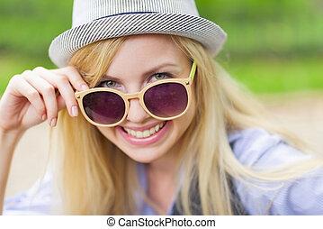 lunettes soleil port, hipster, portrait, girl, heureux